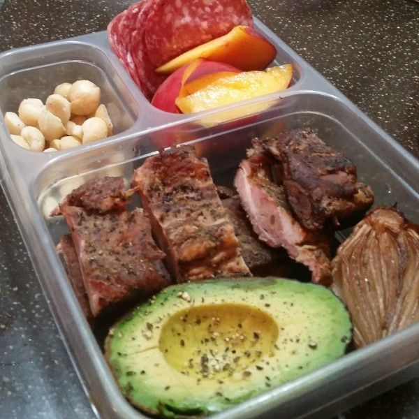Beef short ribs, avocado, hazelnuts and peaches with salami! A collection of Paleo lunch box ideas.