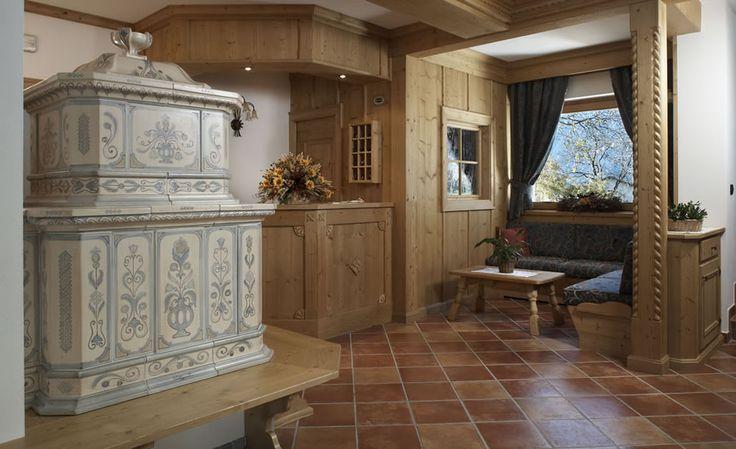 STUFA A OLE TIROLO È la stufa rustica per eccellenza, di ispirazione tirolese, da abbinare ad una panca in legno ed apprezzarne tutto il suo tepore. #stufecollizzolli #handmade #fattoamano #madeinitaly #artigianato #design #italy #arte #qualita #home #casa #arredamento #processoartigianale #ceramica #maiolica #argilla #cotturainforno #pittura #incisioni #rilievi #decorazioni #trentino