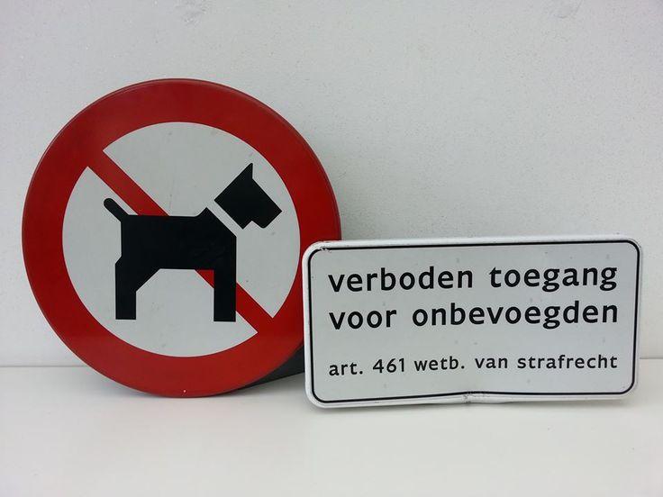 Gebruikte verkeersborden dus met gebruikerssporen.  Inclusief bevestigingsbeugels.   Afm. 40 x 20 cm wit bord met zwarte tekst € 12,00  Afm. 40 cm doorsnede bord hond € 16,00  www.facebook.com/stoeruhzaken.nl
