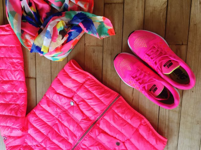 Nike Pegasus 31, doudoune rose fluo et foulard multicolore.