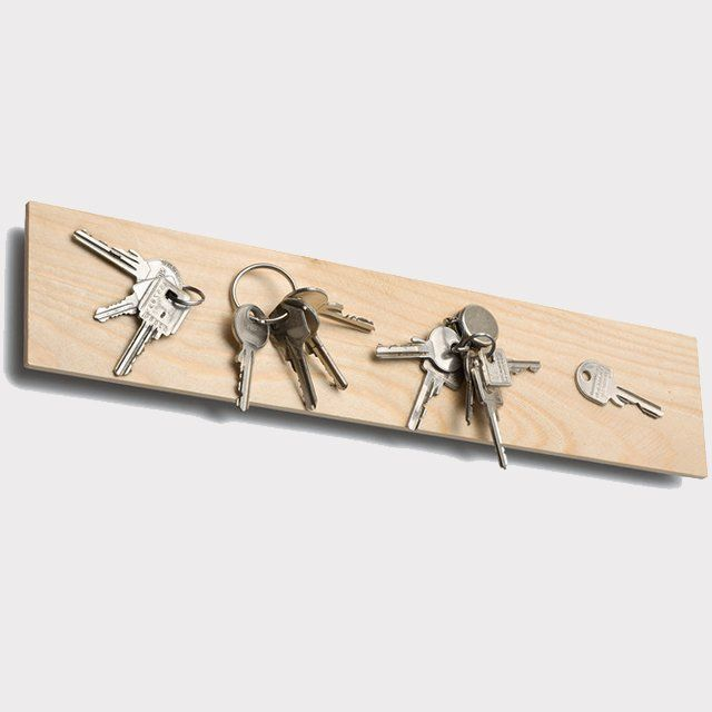 Between a mounting plate made of galvanized steel sheet and plate made of spruce conceals strong magnets. This also keeps the heavy bunch of keys. Without decoration. Dimensions: W 41 x D 1.8 x H 9 cm. Please allow three weeks for shipping