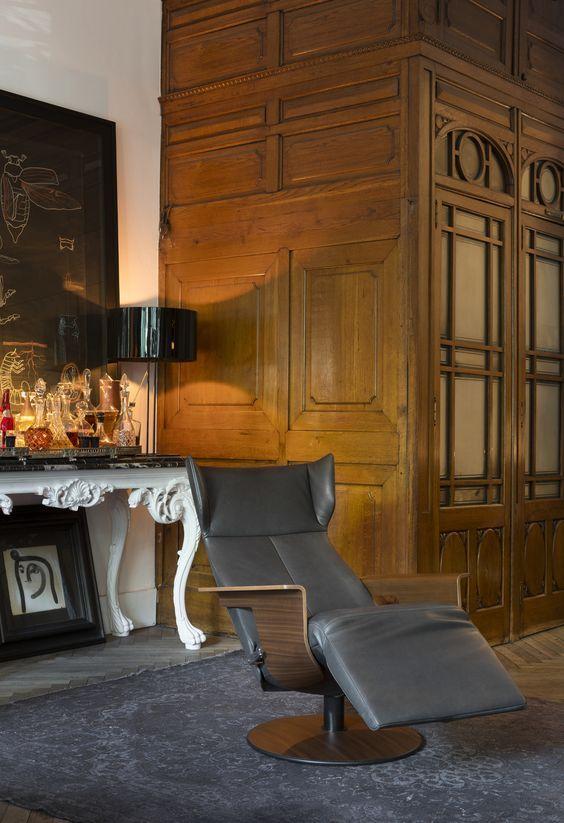 #Relaxfauteuil Orea van #Jori valt direct op door zijn gebogen armleuning van notenhout of leer. Hierdoor krijgt de #fauteuil zijn herkenbare design. De Orea heeft een optimaal zitcomfort dankzij de dikte van het zitschuim gebruikt in de zitting. Bovendien is het hoofdeinde volledig verstelbaar. #GilsingWonen #design #wooninspiratie