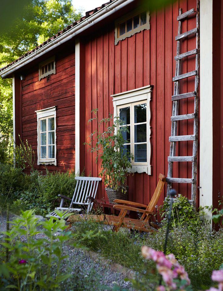 """Under de många år de haft gården har de ägnat mycket tid åt att göra i ordning den, både ute och inne. """"Det var otroligt nergånget och vi har renoverat något rum varje år, i sakta mak."""" Den gamla panelen sitter kvar på delar av huset. Allt man gjort är att stryka träet med slamfärg, och måla foder och bågar med linoljefärg, bruten med grön umbra för foder, och gulockra för bågarna."""