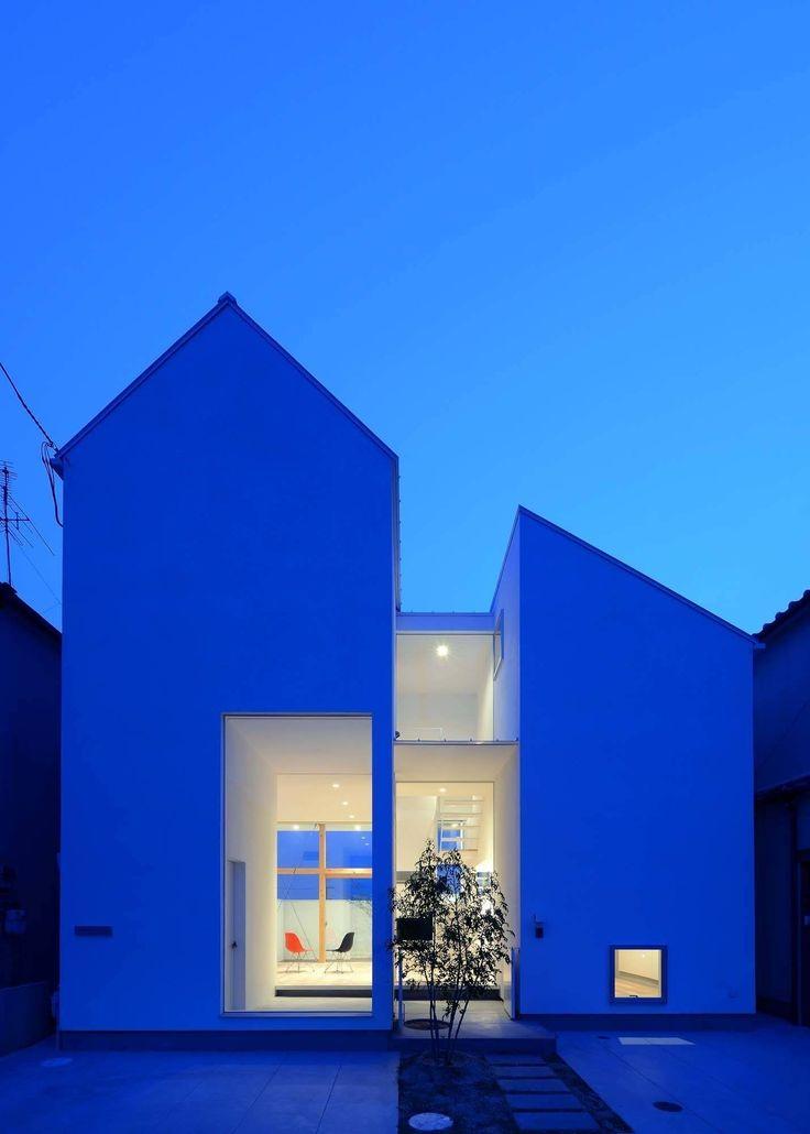 House of Eirakusou is a minimalist residence located in Osaka, Japan, designed by Taisuke Hayashi