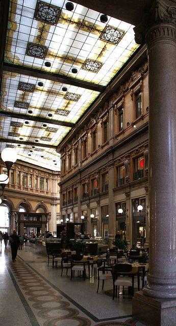 Roma. Galleria Alberto Sordi. Un espléndido edificio con elegantes tiendas y bares. Situado sobre la Via del Corso.