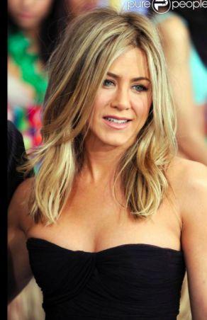 Jennifer Aniston inspire classe et simplicité dans ses robes noires toujours très féminines.