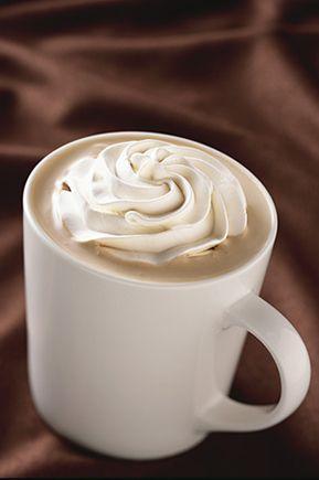 Café Mocha Blanco  Irresistible combinación de mocha blanco, nuestra carga de espresso y leche caliente, coronado con crema batida.