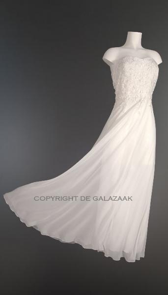 Prachtig model voor een bruidje! De top heeft een licht sweetheart model en is met precisie gedecoreerd en afgewerkt. Door middel van de lint-veter op de rug kan deze als een korset precies mooi worden aangesloten op uw figuur, en biedt de top fijne stevige ondersteuning. €155,-