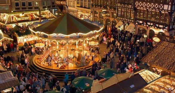 Tiovivo en el centro del Mercado de Navidad en Frankfurt, Alemania.