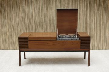 Bang & Olufsen Teak Receiver and Record player with built in Speakers on each side.
