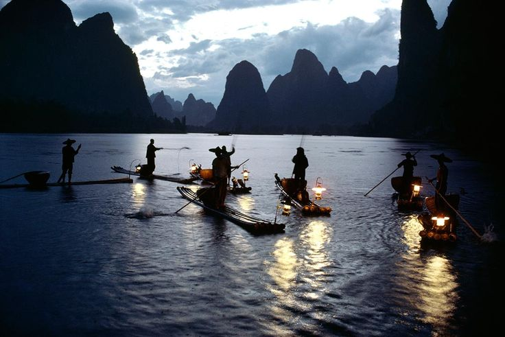 Cormorant fishing on the Li River in Guilin: in this nocturnal and peaceful landscape, anonymous figures in the foreground are reminiscent of the mountainous silhouettes in the background. Small lanterns light up the swirling water. From the photo book China, this image witnesses an ancestral tradition, a collaboration between men and birds. Photographer Hiroji Kubota met René Burri, Burt Glinn and Elliott Erwitt in Japan. Between 1979 and 1984, he embarked on a 1,000-day tour of China…