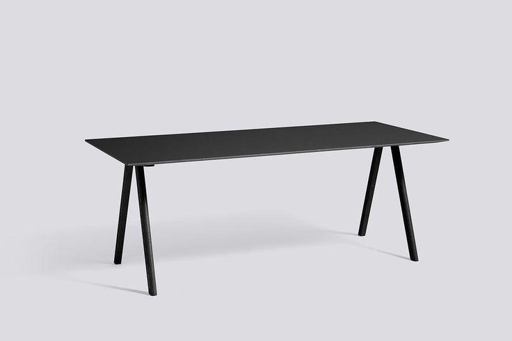Danska HAY och bröderna Bouroullec har tagit fram bord- och stolserien Copenhague. Här ser du bordet CPH10 som fungerar utmärkt både som matbord och skrivbord. Ursprungsidén bakom serien var att förse Köpenhamns Universitet (KUA) med hållbara och funktionella stolar, som sedan utvecklades och kompletterades med en rad snygga bord och barstolar. Inspirationen kommer från en gammal universitetsstol som i sin tur är inspirerad av arkitekten Bernt Pedersens berömda bockstol.
