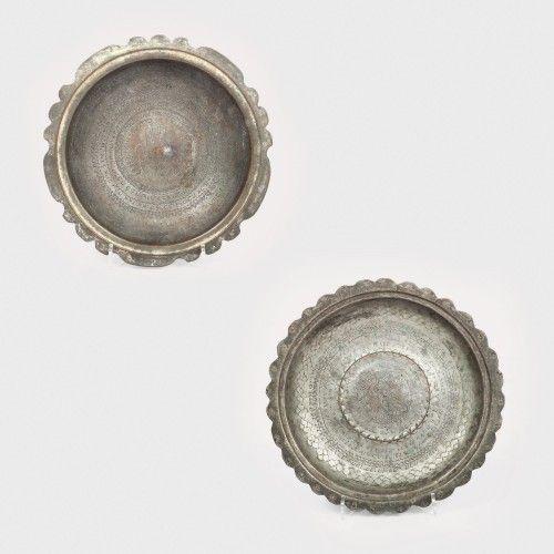 Lot format din 2 vase cu inscripții iudaice, sfârșitul sec. XIX bronz patinat; aramă cositorită, d=19 cm; d=20,5 cm Preţ de pornire: € 250 Ambele vase au marginile dantelate și sunt decorate manual prin incizarea unor texte ritualice cu rol de binecuvântare. În centrul vasului din aramă cositorită este figurat un scorpion iar în cel din bronz patinat se află o mână flancată de ramuri probabil de măslin.