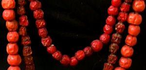 Eko-Halsband av rönnbär som träs på röd bomullstråd när de är färska och sedan torkar de på tråden och blir lite mörkare för varje år så att man till slut har flera nyanser! :-)