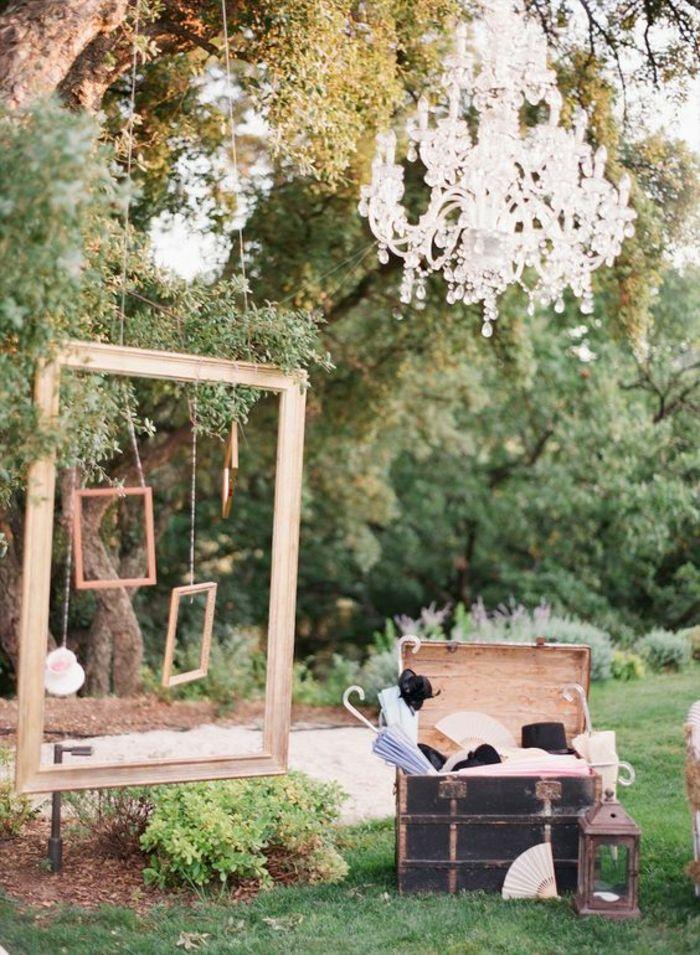 décor de photobooth réalisé avec un grand cadre suspendu et des accessoires photobooth vintage