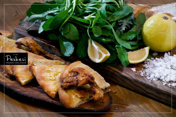 Στο Peskesi αφοσιωνόμαστε στην αναβίωση παραδοσιακών συνταγών που μας ταξιδεύουν πίσω στον χρόνο. Μια από αυτές, η τσιγαριδόπιτα, αποτελεί την απόλυτη φαντασίωση των αθεράπευτα κρεατοφάγων! Ξεροψημένα κομματάκια κρέατος μέσα σε πίτα, συνθέτουν μια μαγική αναδρομή στις συνταγές των παραδοσιακών νοικοκυριών της Κρήτης, που χρησιμοποιούσαν τις τσιγαρίδες από το σύγκλινο, για να δώσουν μια γευστικότερη νότα στα φαγητά τους.