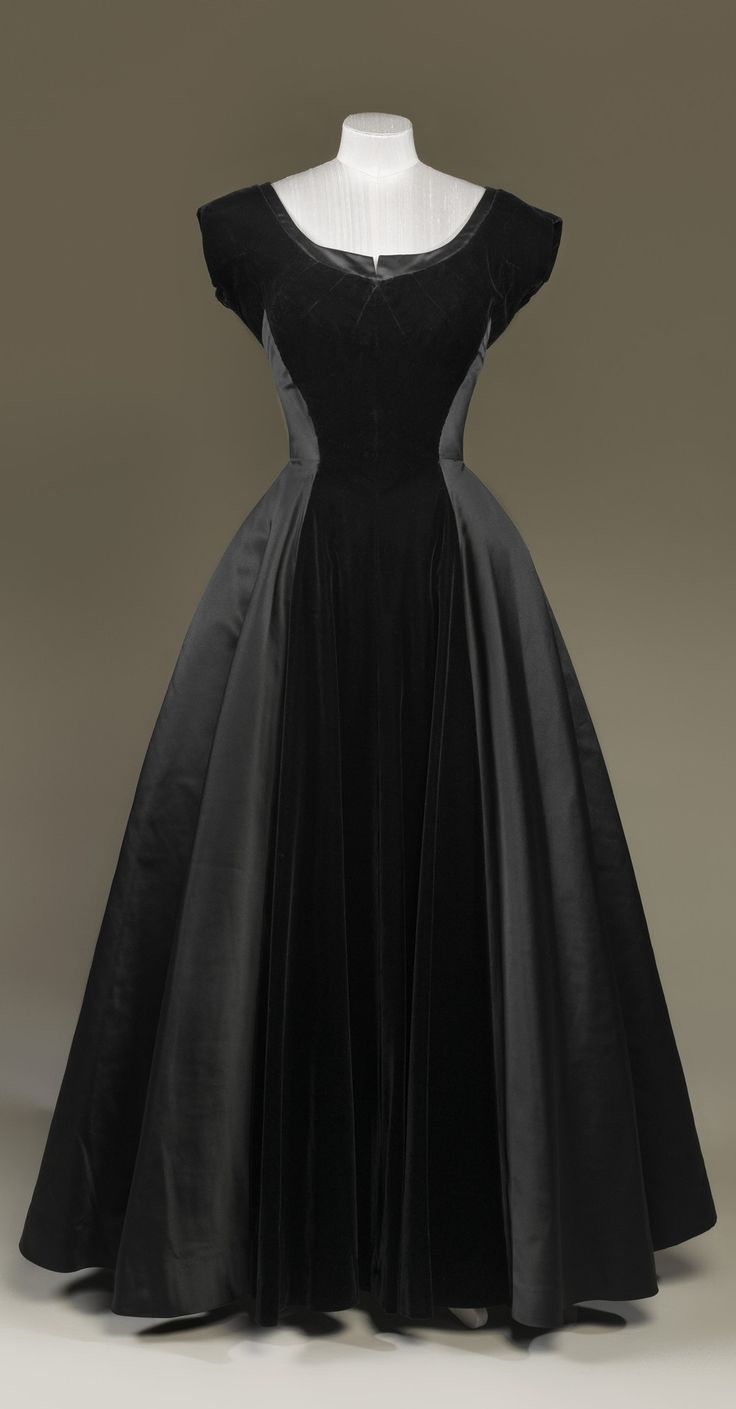 """""""New Look"""" evening gown, by Sir Norman Hartnell, late 1940s. Silk velvet, duchesse satin. Worn by H.M. Queen Elizabeth II. Royal Collection Trust/All Rights Reserved."""