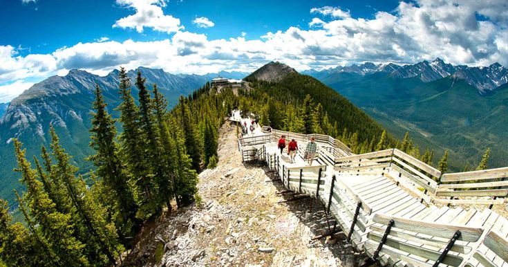 This 1-km Boardwalk Wraps Around The Edge Of An Ancient Mountain In Canada featured image