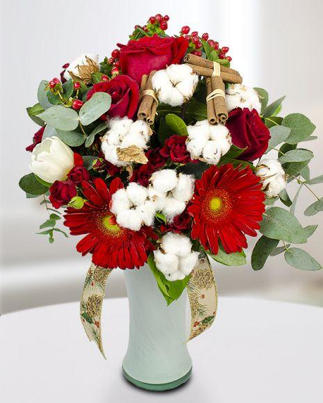 Buchet de iarnă cu trandafiri, gerbera, bumbac şi betisoare de scortisoara. Winter bouquet with roses, gerbera, cotton and cinnamon
