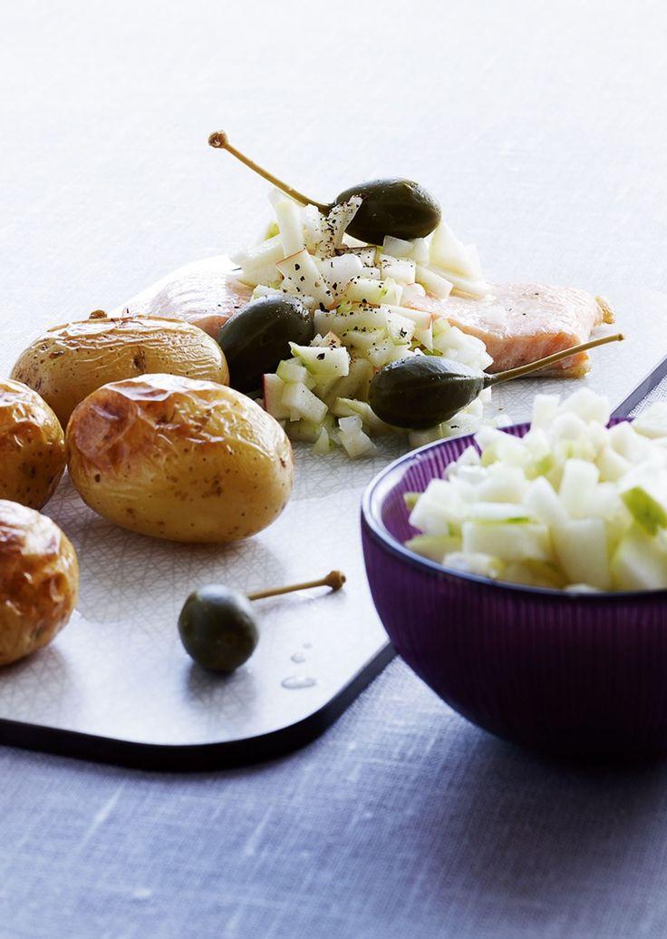 Med denne opskrift slipper du for stegeos, for både fisk og kartofler bliver nemlig tilberedt i ovnen.