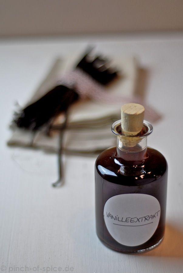 Vanilleextrakt | Zutaten für ca. 500 ml Vanilleextrakt: 250 ml Alkohol (70%) 50g Vanilleschoten 250 ml Wasser