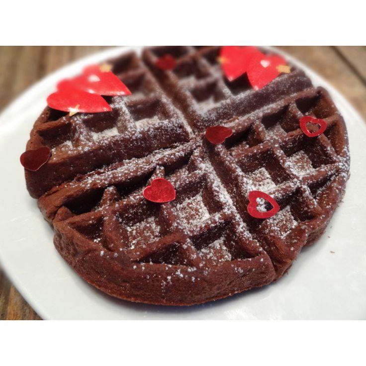 Vous aimez les brownies et les gaufres? Pourquoi ne pas faire un mélange des 2!! Peut-être moins santé que la gaufre traditionnelle pour le petit-déjeuner, mais tellement bon si vous adorez les brownies! On peut déguster pour le brunch ou en dessert. La texture est pareille comme le brownie classique. Très très bon avec un petit filet de sirop d'érable ou même un coulis aux fraises!  Portions: 4  Ingrédients  180 gr (3/4 tasse) de beurre mou 200 gr (1 tasse) de...