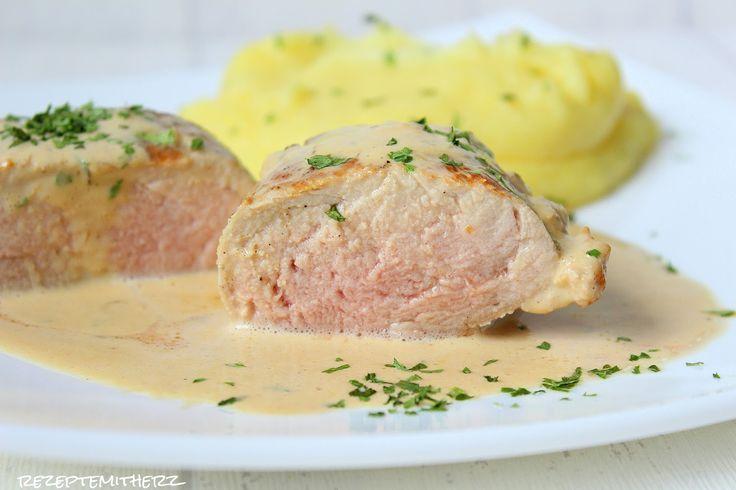 Herrlich saftiges Schweinefilet in einer feinen Pfefferrahmsauce.  Dazu Kartoffelpüree. Evtl. noch Gemüse oder Salat ?!  So lecker kann das...