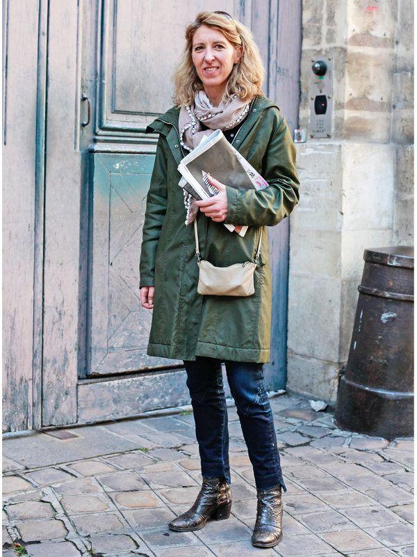 ママン:Nathalie ナタリー/弁護士 カジュアルなパンツスタイルは、「コントワー・デ・コトニエ」のカーキ色のジャケットでミリタリーテイストをプラス。ストール使いで女性らしさも忘れずに。