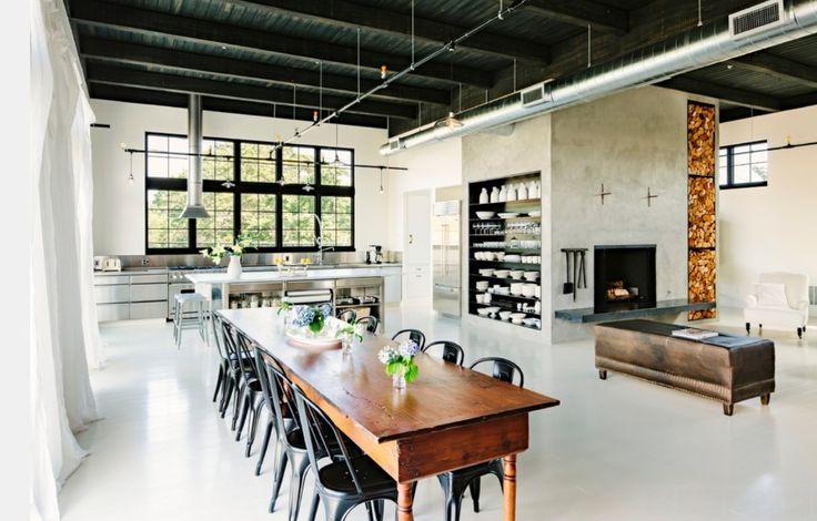 Inspirações e Dicas de Decoração Para Cozinha Industrial - #BlogDecostore - Cozinha Industrial - Industrial Style - Tubulação Aparente - Pendentes - Trilho de Spots - Cadeiras - Mesa de Jantar de Madeira - Cimento Queimado - Janelas Grandes - Conceito Aberto - Cozinha Integrada
