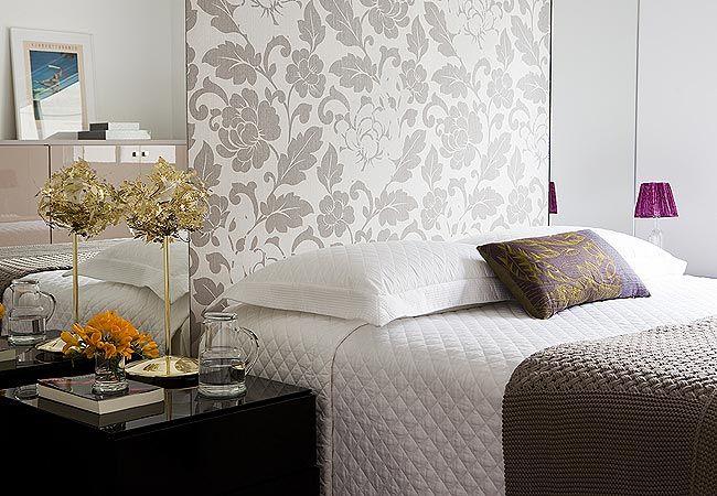 Parede com espelho + papel de parede floral + criado mudo de laca preta. Via Casa e Jardim.