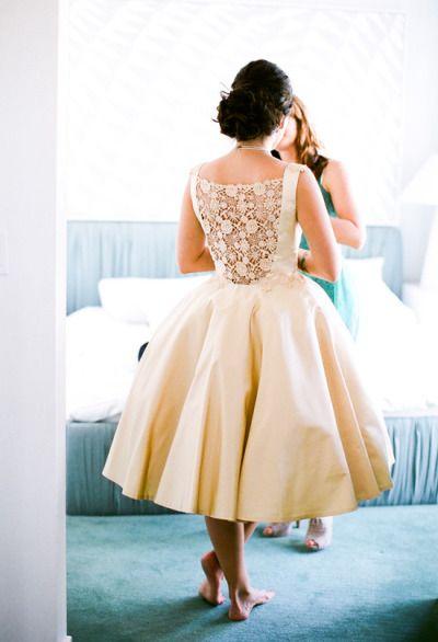 retro šaty s krajkou na zádech