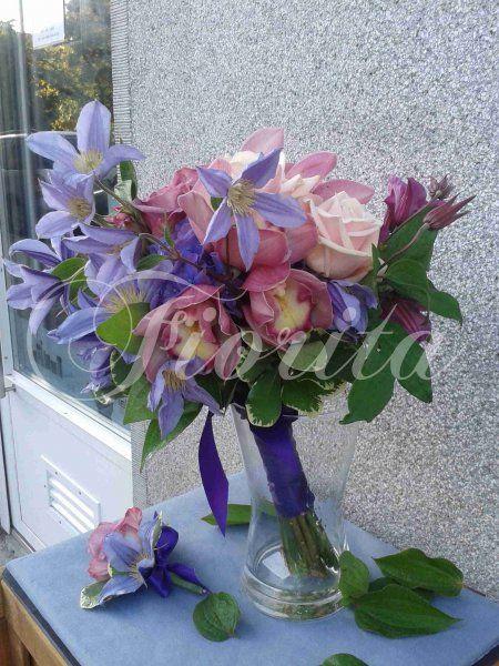 Kytka nevěsty z plaménků, růží, orchidej a hortenzií