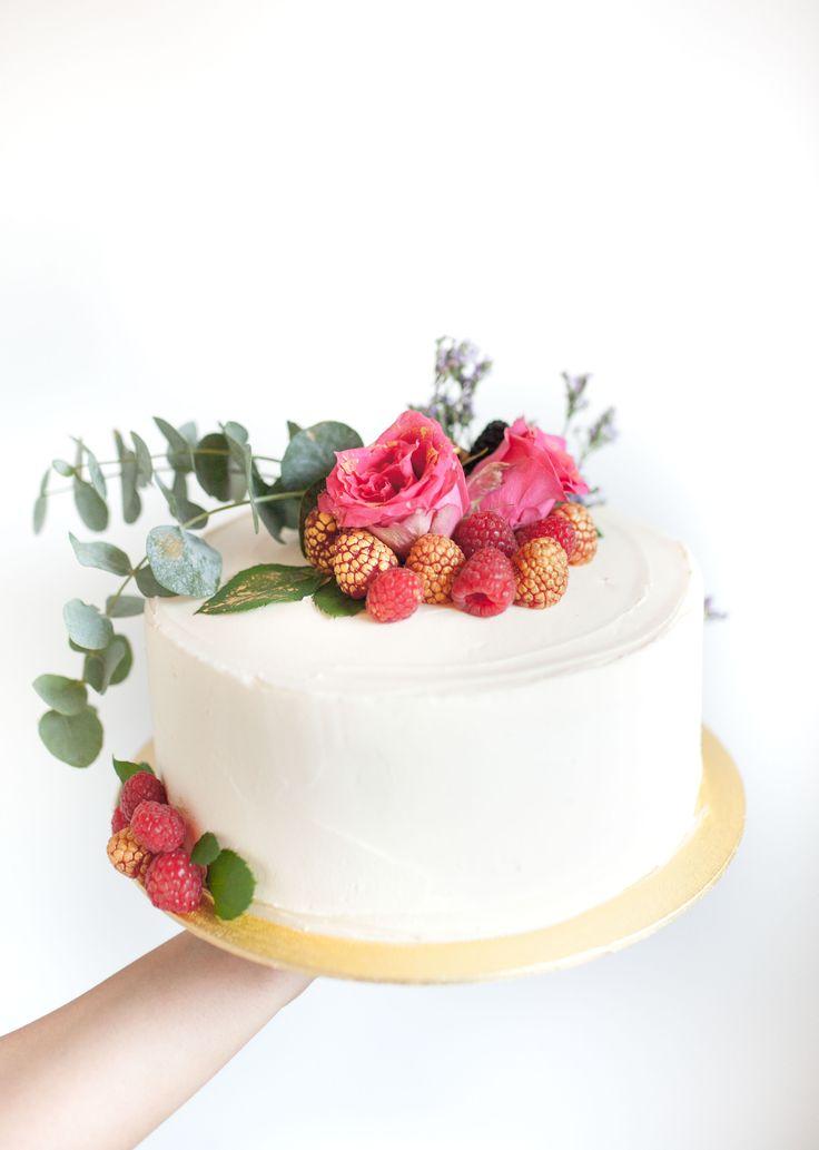 Vanilla & Raspberry Cake by Cake Me! Oslo www.facebook.com/cakemeoslo