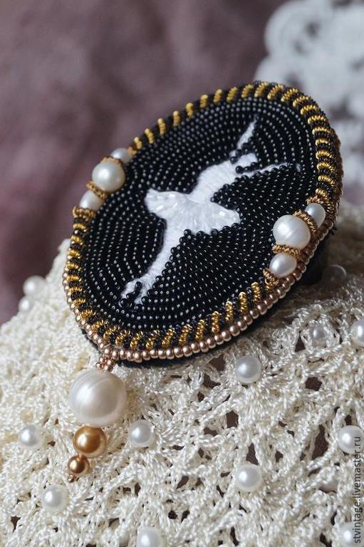 Купить Вышитая брошь Маленькая балерина - чёрно-белый, золотой, балет, балерина, брошь балерина