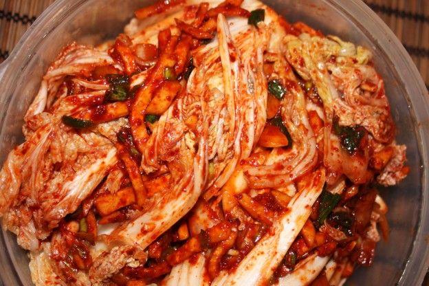 Le Kimchi est le plat de base de la cuisine coréenne. Il faut savoir qu'il existe différentes sortes de Kimchi et qu'il peut se préparer avec des sauces variées. Le Kimchi est du chou fermenté aux épices (d'où son odeur assez forte). Mais on va dire que comme le fromage français, plus ça sent, plus il est bon! Voici ma recette du Kimchi: