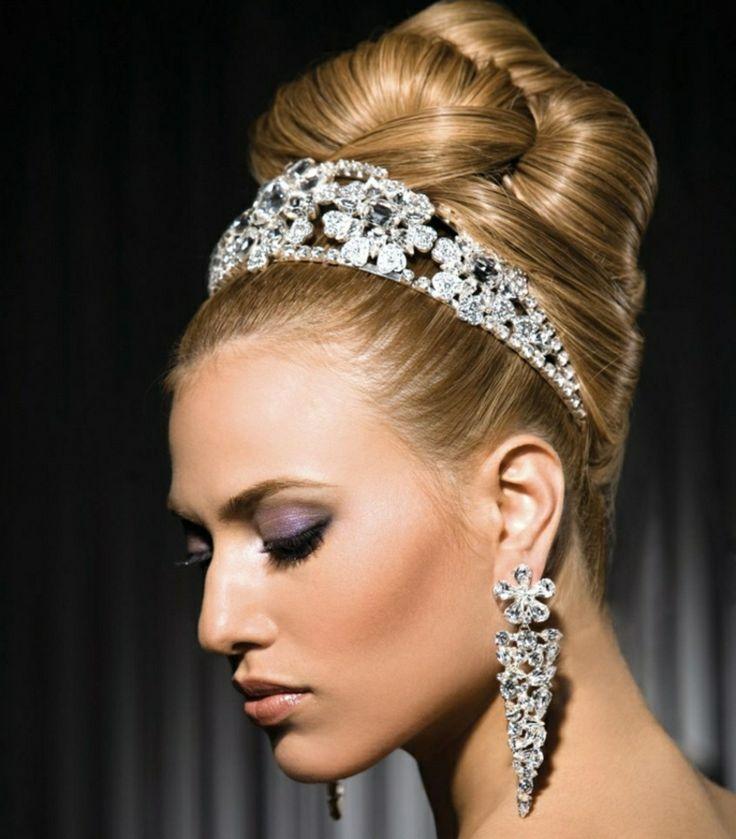 Brautfrisur hochgesteckt lange Haare prachtvoller Haarschmuck und Ohrringe