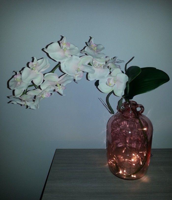 Ideeën om sfeer te creëren met glazen potten en flessen.  - Roze sfeervolle doorzichtige vaas (Riverdale Fresh) met volle kunsttak met orchideeën en LED verlichting op batterijen.