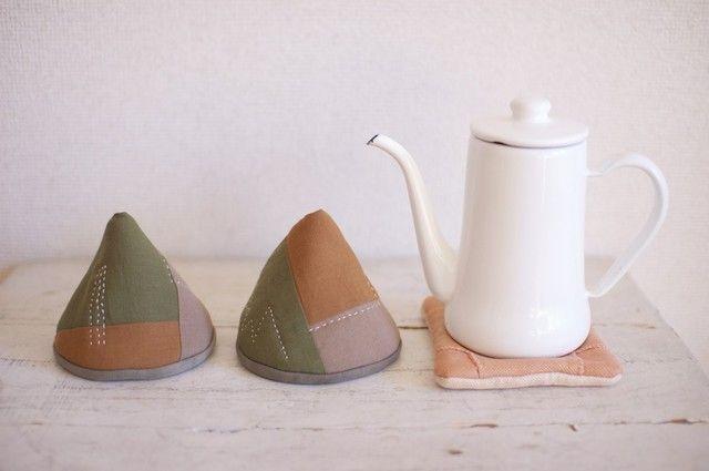 三角型のモダンキルトの鍋つかみ / 丈夫な伊勢木綿で3色の布を繋ぎ合わせて作ったモダンキルトの鍋つかみです。お鍋のふたや取っ手をさっとつかむのに便利です。