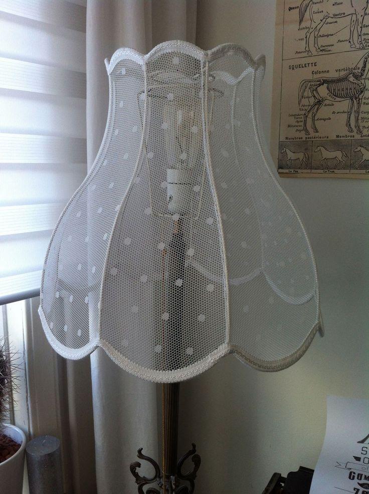 Heerlijk+retro,+dit+model+lamp.+Deze+tulpmodel+lampenkap+is+gemaakt+van+een+moderne+stof,+namelijk+van+doorzichtige+stof+met+kleine+nopjes.+Dus+jij+voelt+je+helemaal+in+je+nopjes+als+deze+lamp+bij+jou+in+de+huiskamer+staat+te+pronken.+Price+€79,95