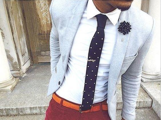 Autre tenue d un témoin : veste pâle, pantalon desassorti,  cravate en rappel de couleur du marié