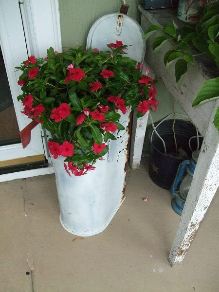 "thReaDs~n~StUfF says, ""I found this old mailbox in a trash pile, now it's on my porch with a pot of flowers.....I LOVE it!!"""