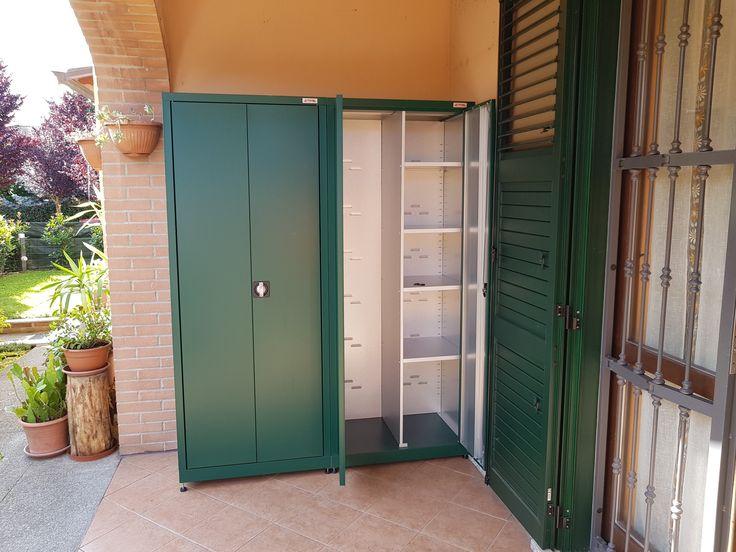 Armadi metallici per esterno realizzati in colore verde ...