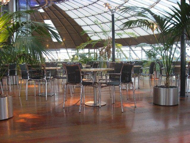 На шестом месте Зал ожидания одной из крупнейших авиакомпании Швейцарии - Swiss International Air Lines - в аэропорту Базеля-Мюлуза может похвастать первоклассными удобствами, превосходной атмосферой, буфетом с холодными и горячими закусками и др. В нем также предлагают уникальный сервис: тем, кто не хочет входить в помещение вместе со всеми, предусмотрен VIP-вход.Этому залу в прошлом году даже присудили специальную тематическую награду - Priority Pass Global Lounge.