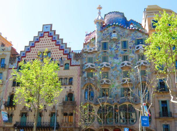 #barcelone #barcelona #барселона #чтопосетить #чтопосмотреть #достопримечательности #саградафамилия #достопримечательностибарселоны #гауди Дома Гауди в Барселоне. В Барселоне нет плохой погоды | Барселона10 - путеводитель по Барселоне
