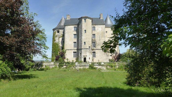 achat vente Château Médiéval a vendre , classé Monument Historique , église, garages, atelier, écurie, orangerie... A 1 h au sud de Bordeaux , dominant la vallée de la Garonne GIRONDE AQUITAINE