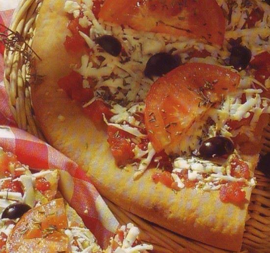 Συνταγές, αναμνήσεις, στιγμές... από το παλιό τετράδιο...: Πίτσα με τυρί φέτα και ντομάτα