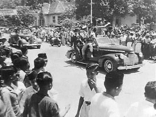 Ir. Soekarno rijdt door Djokjakarta  1946
