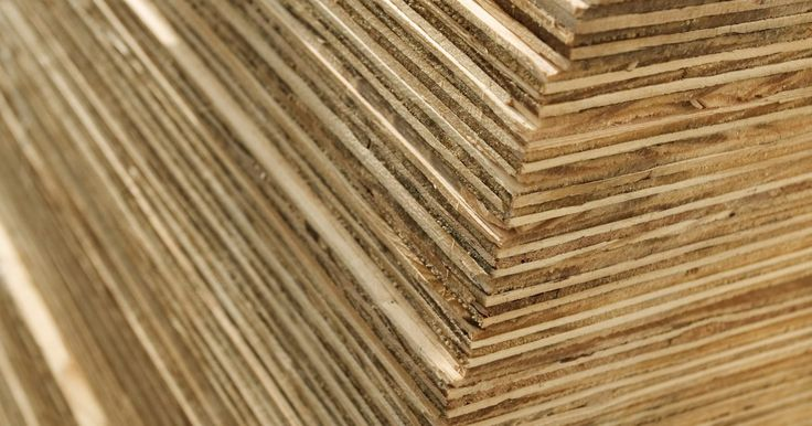 Cómo cortar la madera de balsa. La madera de balsa es una lámina fuerte y ligera. Debido a que es muy suave y porosa, es fácil de cortar, de lijar y el pegamento se adhiere bien por lo que se utiliza con frecuencia en la creación de modelos. Esta madera viene en varios espesores. Es importante tener las herramientas adecuadas para cortar dicha madera para poder lograr cortes ...