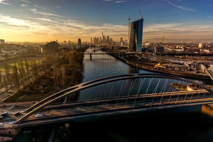 Luftaufnahme der neuen Osthafenbrücke in Frankfurt