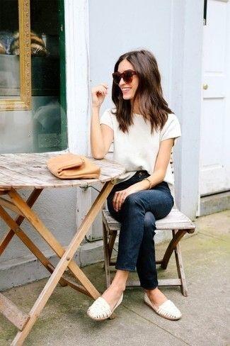 Weißes T-Shirt mit Rundhalsausschnitt, Dunkelblaue Jeans, Weiße geflochtene Leder Slipper, Beige Leder Clutch für Damen